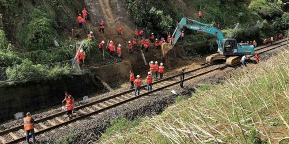 成昆铁路中断 抢险人员19小时奋战抢通