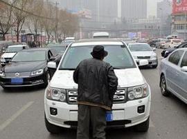 今日之声01月21日:老汉马路强掰反光镜讹钱,已被警方抓获