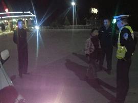 险!女子半夜高速行走 高速交警及时救助