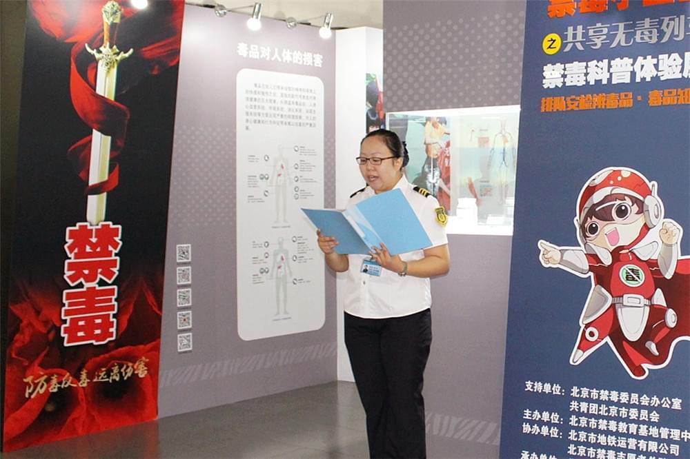 北京市地铁运营三分公司亮马桥站区志愿者代表邢悦宣读倡议书