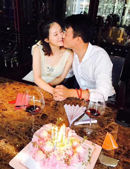 佟大为关悦庆祝结婚十周年 晒亲吻图撒狗粮