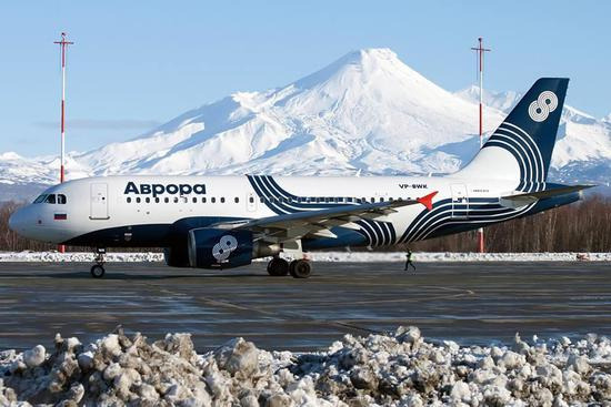 俄航于2006年4月加盟天合联盟,图为天合联盟涂装的俄航A330宽体客机。 网易航空讯 2017年1月19日,俄罗斯航空(以下简称俄航)全球公共事务负责人亚历山大卢卡申(Alexander Lukashin)到访北京,并表示俄航一直视中国为最重要的市场之一,并对中俄两国双边政治、经济及文化关系的持续紧密加强及未来发展充满信心。同时俄航也希望在2025年之前成为欧洲5大航企,世界20大航企,全球旅客运输量超7000万人次。 中国赴欧转机客源持续增长但尚未考虑新开航线 目前中国是俄航最重要的市场之一,201