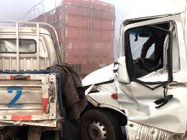 河南高速大雾致40余辆车连环相撞 目击者称多人被困