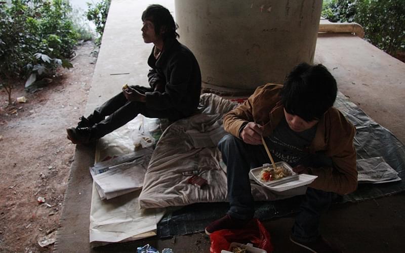 他们聚集在此并以此为家,没有事做时,就坐在旧沙发上休息
