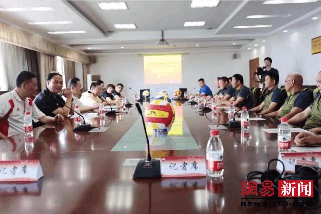 俞觉敏强力助阵 省男子气排球队出征天津全运会