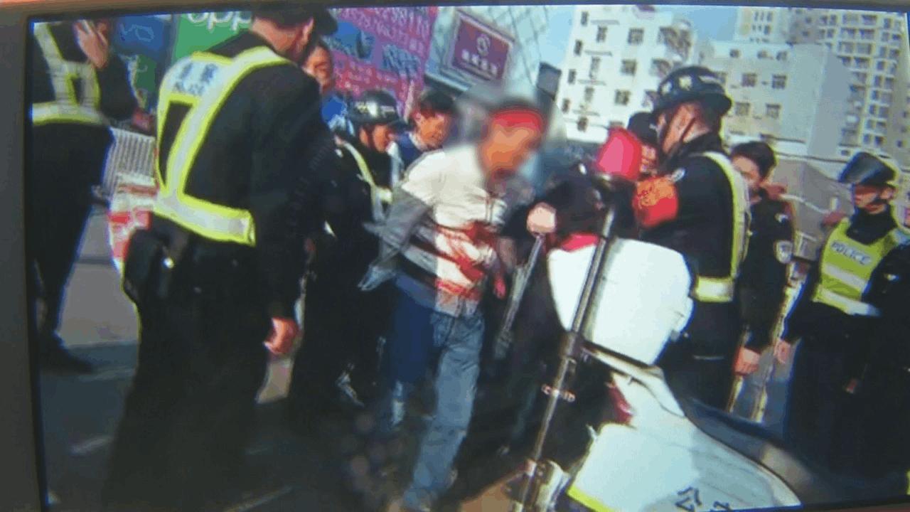 惊险!广东一男子持刀施暴 见车就砍险些伤人!