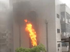 网曝湖南省歌舞剧院办公楼起火 现场浓烟滚滚