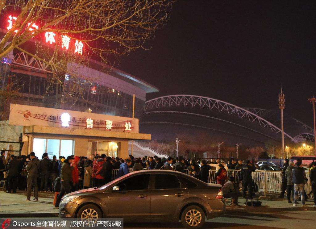 12日晚在售票处排队购票的球迷