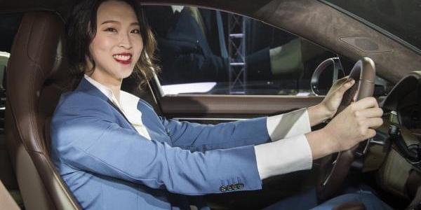 惠若琪西装豪车亮相 高挑身材堪比维密超模