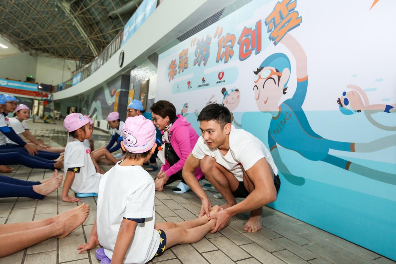 正能量!宁泽涛化身教练 手把手教先心病患儿学游泳