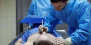 被确认死亡囚犯在验尸台打起呼噜