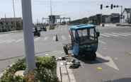 三轮车被轿车撞断成两截 车主脑部受伤