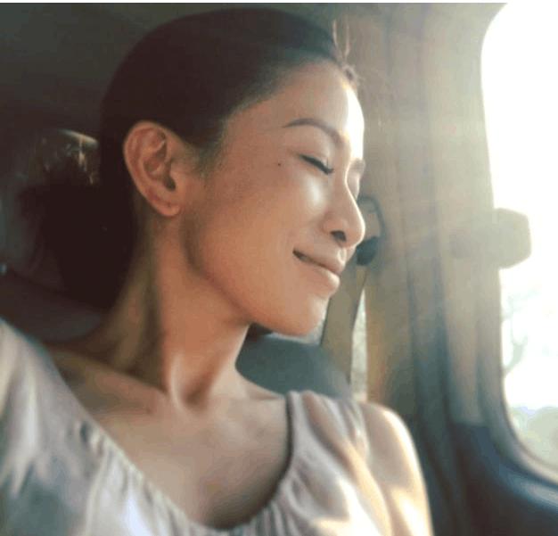 佘诗曼40度高温下极限挑战 称:享受工作