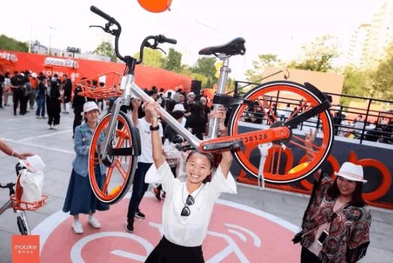 摩拜最新单车有多轻?女生可轻松举起