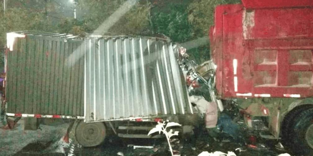 珠海一货车铲进泥头车车底 90后小伙当场身亡
