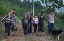 82岁老人带领村民在悬崖凿出7200米水渠