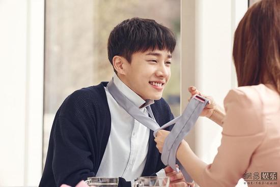 网易娱乐5月30日报道 29日,韩国tvN电视台新剧《Circle:相连的两个世界》公开了李起光感情变化的剧照。 在公开的照片中,李起光温柔地看着为自己系领带的女人,还露出了灿烂的笑容,与此前带着公式化微笑的李浩洙发生了180度的大转变。而在另一组照片中,李起光则一脸慌张地凝视着某处,他的感情变化引发了众人的好奇。《Circle:相连的两个世界》制作方对此表示在part.