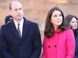 威廉夫妇走访教堂 凯特王妃着红大衣挺孕肚亮相
