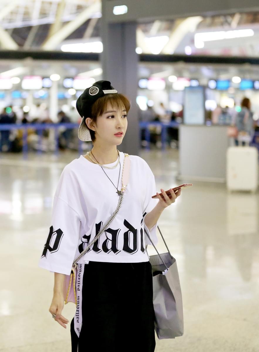 新生代演员卢莹抵达法国 受邀出席戛纳电影节