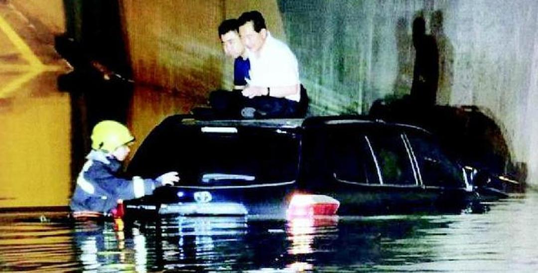 太原易积水路段一晚连困三车五人被救出