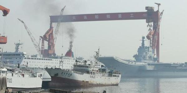 国产航母和保障船烟囱冒黑烟