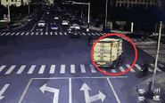老太骑车与货车相撞身亡 血流一地