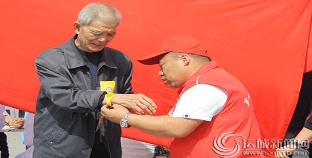 运城南风广场志愿者免费为老年人发放黄手环
