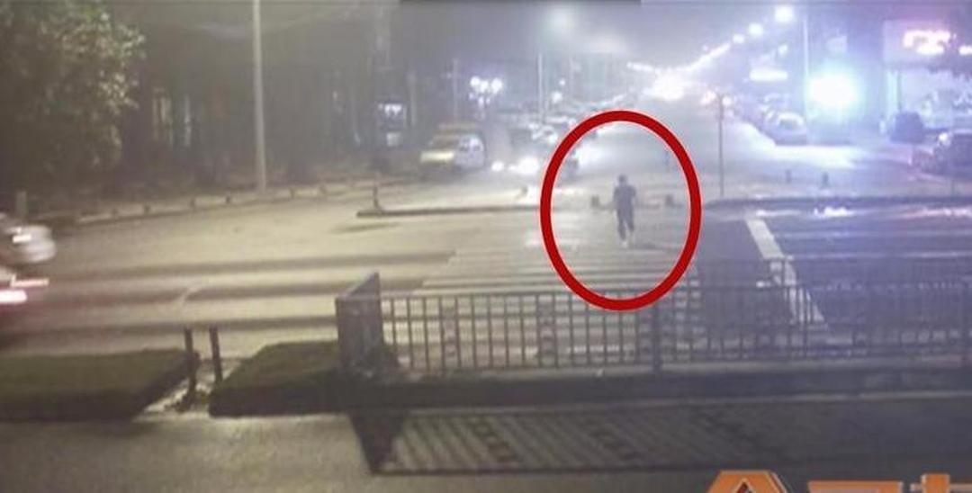东莞男子过马路被撞飞!空中翻转一圈半