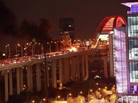 卢浦大桥事故车辆被拖离 两车均被烧得只剩框架