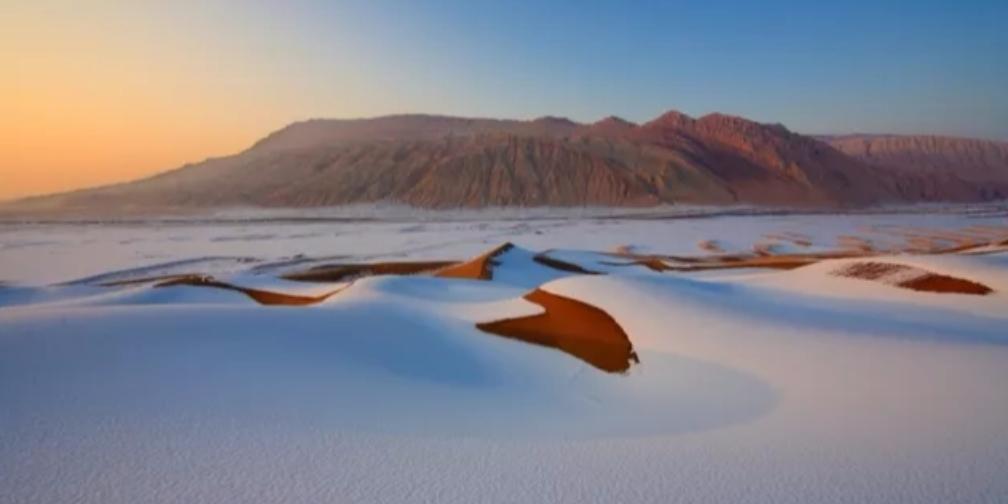 新疆人文地理丨陶醉在雪后的库木塔格沙漠