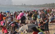 初二32℃!三亚湾游客火爆