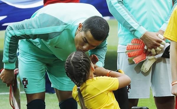 C罗献吻残疾女孩+送球衣 如此暖男谁不爱?