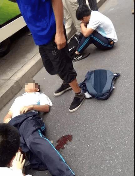 开学第一天杭州一辆面包车失控 撞伤2名高中生
