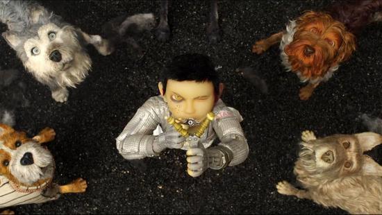 《犬之岛》海报  《犬之岛》剧照 网易娱乐4月12日报道 第八届北京国际电影节正在火热进行,由韦斯安德森执导的电影《布达佩斯大饭店》创造了5场2481张电影票10秒之内被秒杀的盛况,成为本次电影节最受欢迎的电影。此次电影节同时展映了韦斯安德森另外两部经典之作《了不起的狐狸爸爸》《穿越大吉岭》,以及即将在4月20日正式登陆中国院线的动画电影《犬之岛》,对于韦氏影迷来说,此次电影节可以说是一次盛大的狂欢。 造梦大师韦斯安德森四部影片参展 经典重演打造抢票盛况 提及韦斯安德森,这位被影迷称为造梦大师