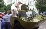 男子装甲车接新娘被罚