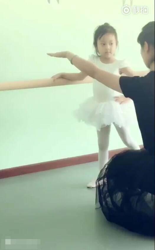 贾乃亮陪女儿甜馨学芭蕾 馨爷越大越有淑女范