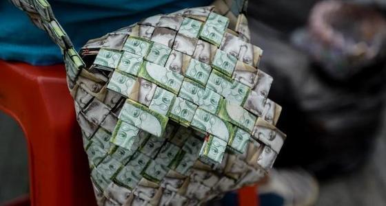 委内瑞拉货币贬值 男子把钞票做成包
