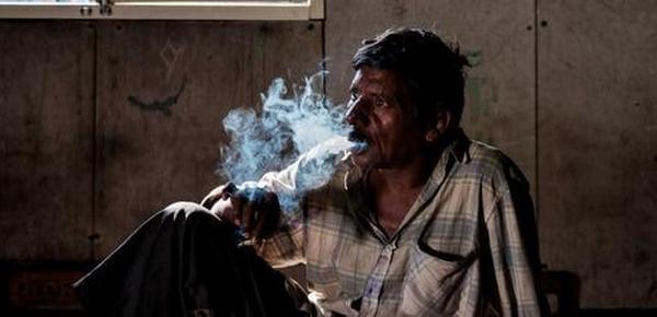 揭印度底层民众真实生活:瘾君子萎靡又悲惨