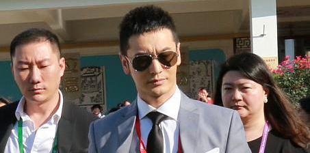 黄晓明参加博鳌论坛似霸道总裁