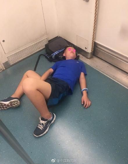 生无可恋!小学进地铁躺在地上念叨:再也没有假了