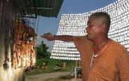泰国大叔用阳光反射烤肉