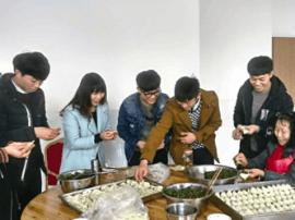 大学生志愿者:托老中心献爱心 现学现包手工饺