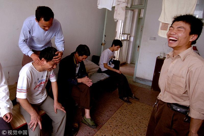2006年6月,长沙市盲聋哑学校,盲人学生的宿舍生活。/视觉中国