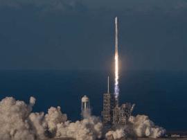 "SpaceX发射""猎鹰9""火箭,将通信卫星送入太空"