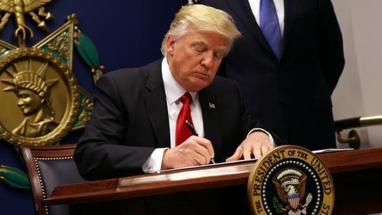 特朗普早前签署新移民政策收紧旅行者进入美国(图片:华盛顿邮报)