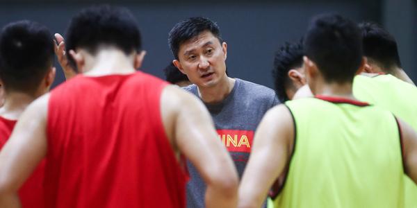 男篮蓝队训练课:身体对抗激烈 杜锋悉心指导