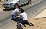 警察被刺伤后忍痛夺刀擒凶