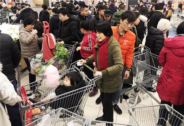 市民扎堆买菜 年三十超市爆满