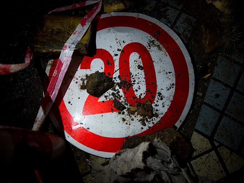 """""""斜坡道限速20km/h,不知道的人肯定要超速,下面可能就有交警罚款了。"""""""
