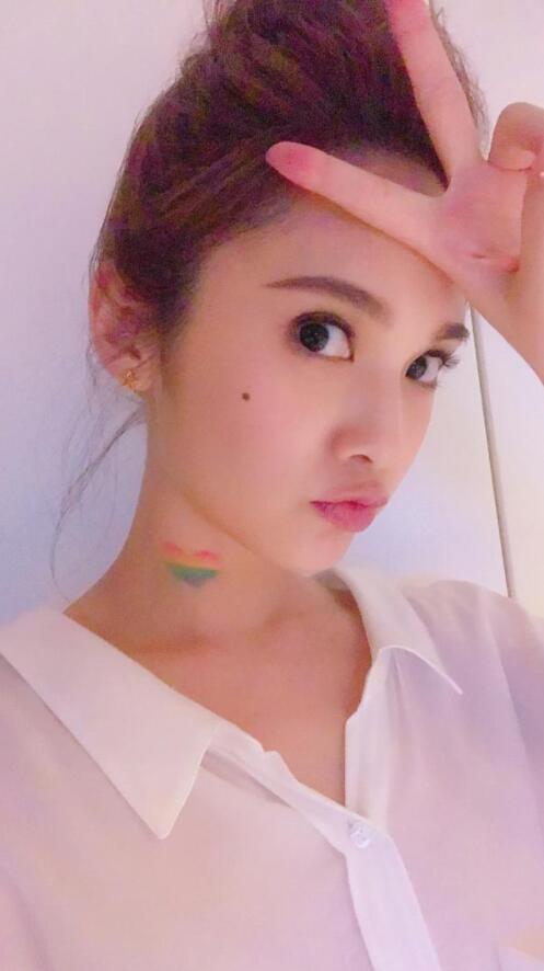 """杨丞琳脖子画彩虹爱心 为""""世界不再恐同日""""发声"""